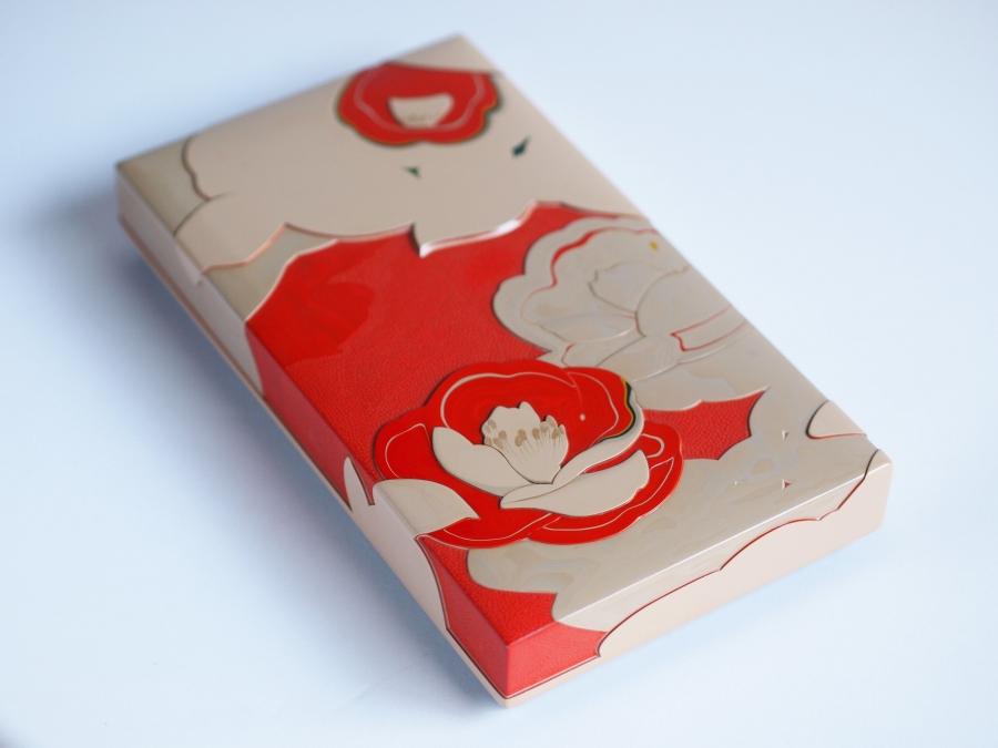 彫漆小箱 赤い椿白い椿と落ちにけり